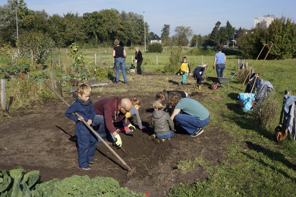 vele-handen-maken-minder-werk-op-de-tuin
