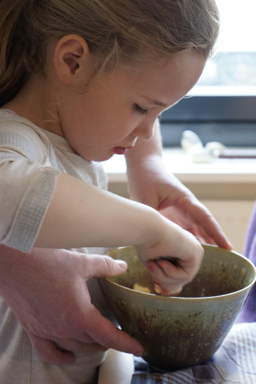 Anna deelt salade uit