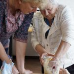 Anneke en Carla kneden het basisdeeg