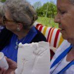 Liselore komt naar de Zintuigentuin met de eerder door onze oiuderen gemaakte klei cilinders