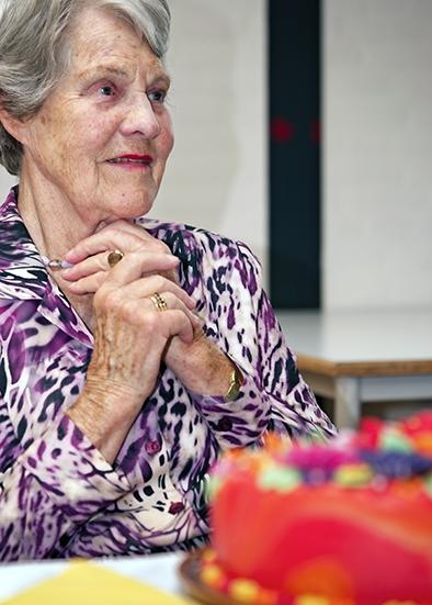 Elly Kossen 90 jaar! Ze glundert bij het zien van de taart!