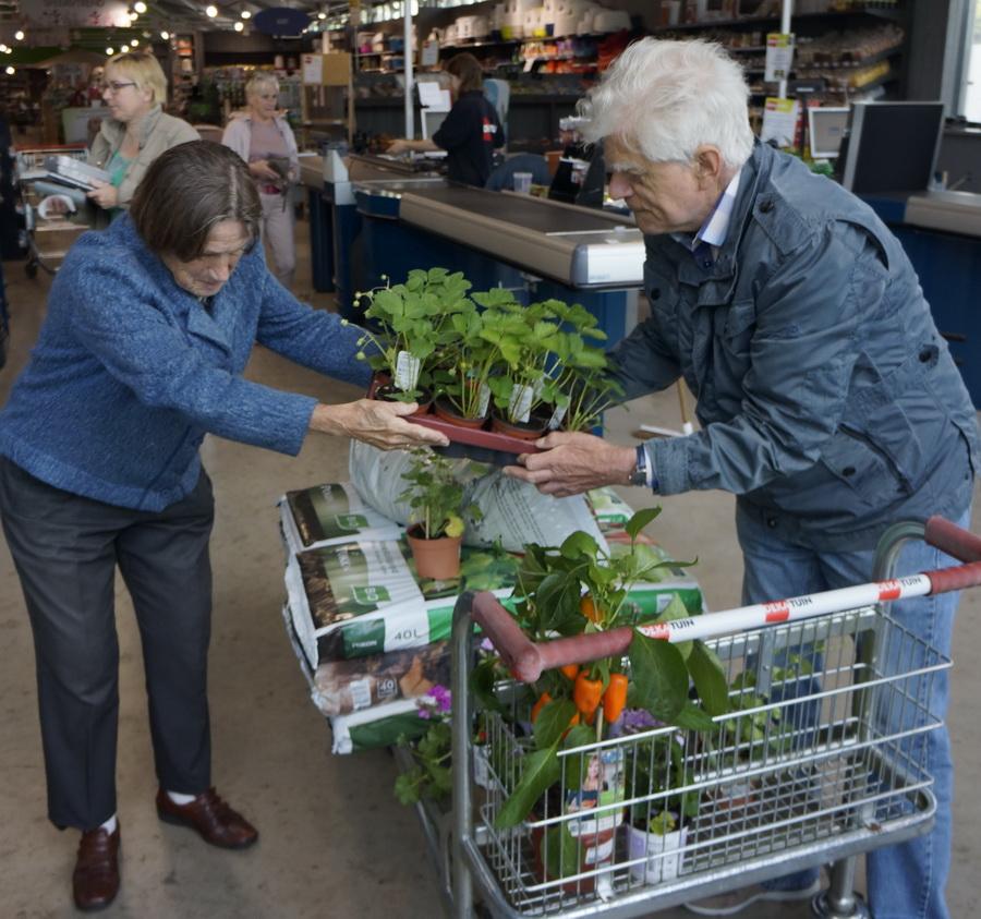 Rita en Dick met plantjes in de weer