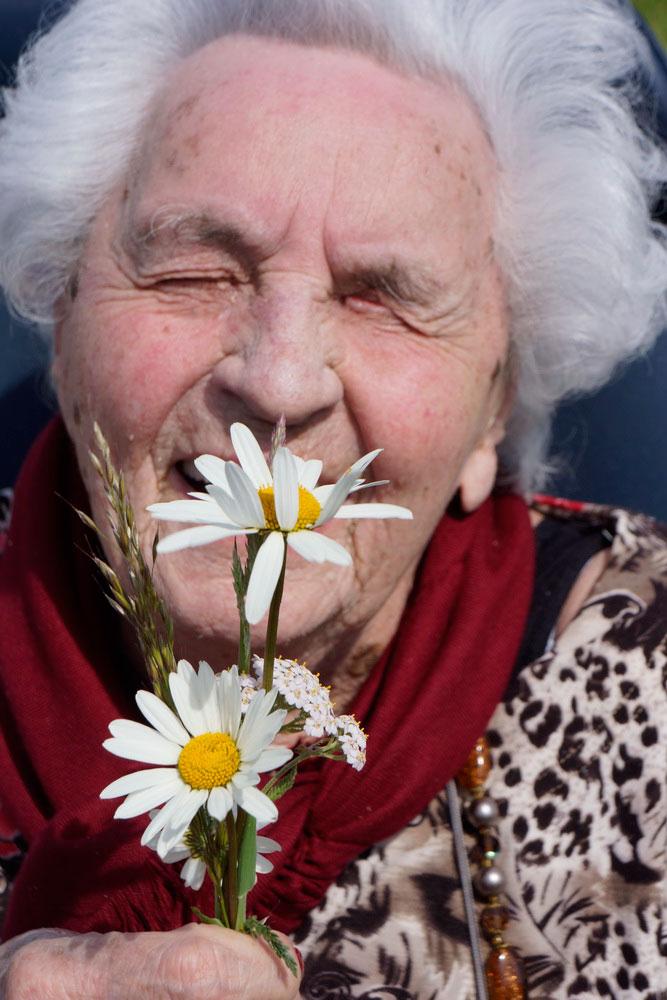 Voelen, ruiken, proeven en luisteren voor ouderen met een visuele beperking