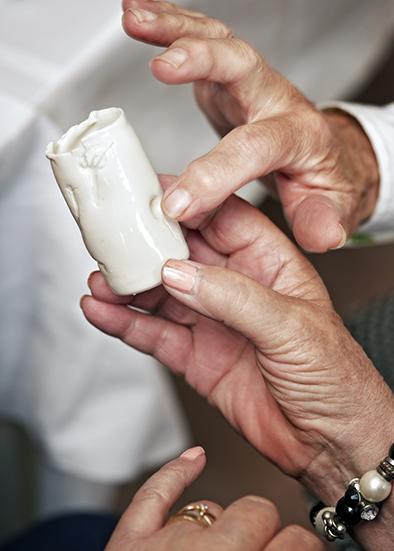 Thee cilinder met takjes en zaden erin gedrukt