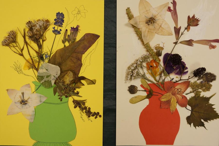 2 schilderijtjes met gedroogde bloemen en tekening