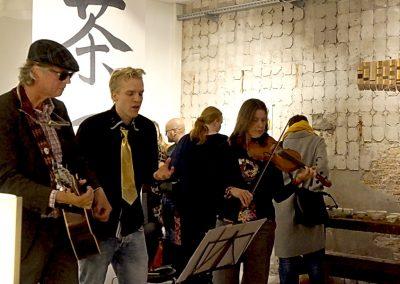 De voltallige band van gitaris Johannes Moller spelend voor Stichting Zaaigoed tijdens de theeceremonie