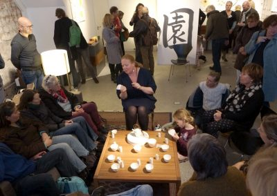 Gong Fu Cha Theeceremonie in volle gang, het is druk in galerie SPW59
