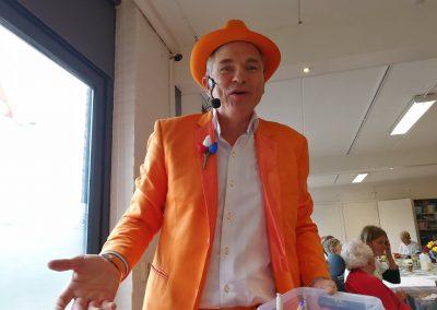 Na de lunch kwam Wilhelmus J. Hoekstra, de Oranje Man. Hij zong oude en nieuwe liedjes