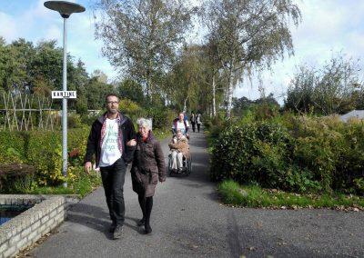 er ging een groep naar Haarlemse Volkstuindersvereniging Zonder Werken Niets, deze groep ging een stuk wandelen