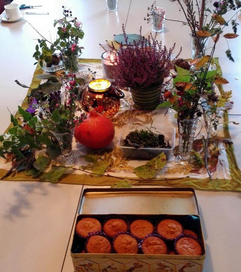 Pompoencakejes op mooi gedekte tafel