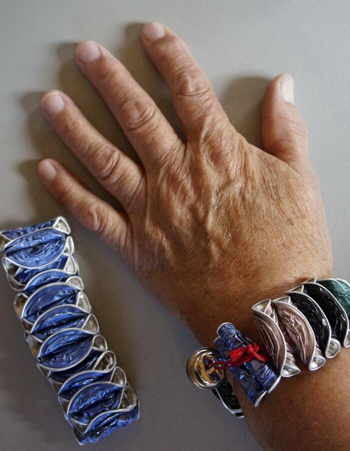 Sjoeke met haar armband