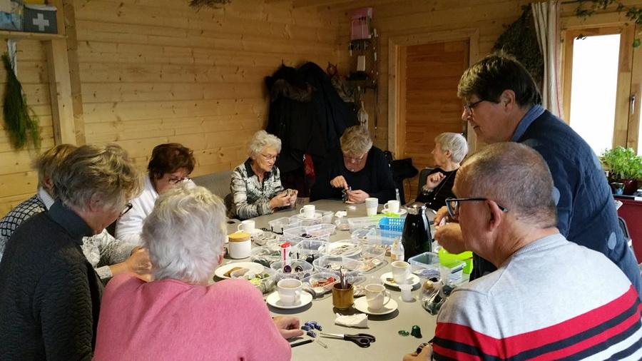 groep rondom tafel